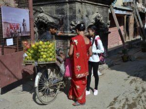 NEPAL-ULICA-KOBIETA-ROWER